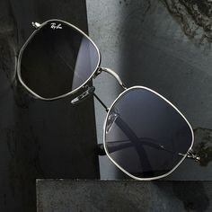Ray Ban Sonnenbrille Damen 2019 - O Ray-Ban Hexagonal é um modelo super estiloso e versátil. Men Sunglasses Fashion, Fashion Eye Glasses, Cheap Sunglasses, Round Sunglasses, Sunglasses Women, Luxury Sunglasses, Glasses Trends, Mens Glasses Frames, Eyeglass Frames For Men