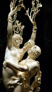 Dafne-Eros,deus do amor,e Apolo,deus da música e da poesia,tiveram uma briga quando Apolo duvidou da pontaria de Eros.vingou-se de Apolo,fazendo com que este se apaixonasse por Dafne,uma bela ninfa que,segundo a lenda,era filha do rio Ladão.Apolo perseguiu a ninfa e ela correu rumo às montanhas.O deus estava para alcançá-la,quando ela pediu ao pai que a transformasse numa outra coisa,para ajudá-la a escapar:Dafne foi transformada num loureiro,bem na hora que Apolo a alcançou....