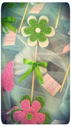 Segnaposto per ogni evento decorato con fiore in gomma crepla e confetto