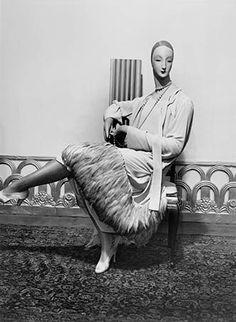 * Mannequin bois Robe de Paul Poiret, pavillon de l'Élégance Exposition des Arts Décoratifs 1925 © Man Ray