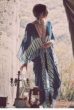 I love this look, blue and white tie dye kimono with long bohemian necklaces.