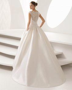 Para noivas que procuram um vestido exclusivo e único, esta é a estrela. Vestido estilo princesa de mikado e renda com aplicações de brilhantes. As noivas apaixonadas pelo decote ilusão e pelas costas de renda têm neste modelo uma fantástica opção para deslumbrar.