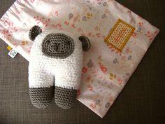 Un petit mouton crocheté l'année dernière pour une petite Ambre et offert dans un petit sac brodé... 💕 Modèle gratuit #beeettysheep offert