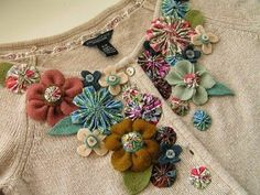fabric flower tutorial, made lots of fabric flowers but these are positioned really well and different sizes, patterns, colours and types of flower work well together. Fabric Crafts, Sewing Crafts, Sewing Projects, Paper Crafts, Diy Clothing, Sewing Clothes, Felt Flowers, Fabric Flowers, Kanzashi Flowers