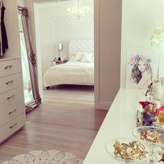 Love this clean white arrangement! Very classy and feminine!