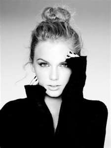 Taylor Swift is just so beautiful, her and black and white photography are a beautiful combination :)
