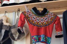La magnifique collection de kamik (bottes en peau de phoque) et vêtements traditionnels de Robert Peroni décore la Red House. Beaded Collar, Beadwork, Collars, Costumes, Crafts, Collection, Traditional Clothes, Seals, Boots