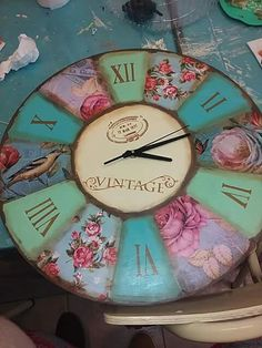 Clock Craft, Diy Clock, Shabby Chic Clock, Home Crafts, Diy Crafts, Pallet Boxes, Rustic Wall Clocks, Decoupage Vintage, Paint Designs