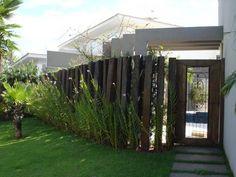 Image result for painel de madeira na frente de casa