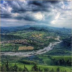 Una finestra sulla Terra di Mezzo. La #PicOfTheDay #turismoer di oggi ammira il panorama sulla #Valmarecchia dal #Castello di #Montebello. Complimenti e grazie a @pablitasfe / A window on the Middle-Earth. Today's #PicOfTheDay #turismoer enjoys the view over Marecchia Valley from Montebello #Castle. Congrats and thanks to @pablitasfe by turismoer