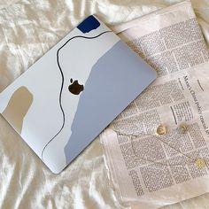 Mac book pro: commande le tien et reçois le sous Macbook Pro 13 Inch, New Macbook, Macbook Pro Case, Apple Laptop, Apple Iphone, Coque Macbook, Blue Butterfly Wallpaper, Laptop Covers, Aesthetic Stickers