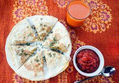 Pika ama*: Quesadilla z ciecierzycą i koperkiem + salsa pomidorowa