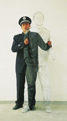 http://www.collater.al/liu-bolin/ Liu Bolin è un artista cinese noto per le sue performance durante le quali si autoritrae in ambienti urbani o asettici e grazie ad un accurato e totale body painting, si mimetizza con lo spazio circostante.
