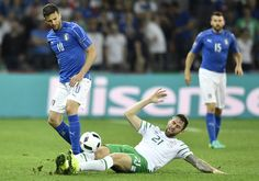 Italy's midfielder Thiago Motta (L) and Ireland's forward Daryl Murphy vie for the ball during the Euro 2016 group E football match between Italy and Ireland at the Pierre-Mauroy stadium in Villeneuve-d'Ascq, near Lille, on June 22, 2016. / AFP / PHILIPPE LOPEZ