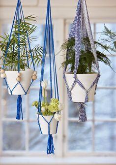 Que tal pendurar seus vasos com charme?          Lãs de tricô, fitas de tecido, barbante, e... voilà!  Criatividade!   Besitos    Flavinha  ...