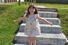 Manu (filha da blogueira Mariana Branco) com lindo vestido infantil com bordado casinha de abelha com calcinha coordenada (com estampa floral). Produto da Xique Xique Brasil. Clique na foto e saiba mais!  Foto:blog Mamãe Prática (proibida divulgação sem autorização)