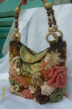 Kurdele Nakışı Çanta Modelleri , #çantamodelleri #kurdelenakışı… Vintage Purses, Vintage Bags, Fabric Purses, Fabric Bags, Handmade Purses, Unique Purses, Handmade Handbags, Patchwork Bags, Quilt Bag