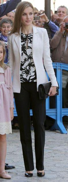 SS.MM. los Reyes, S.M. la Reina Doña Sofía y SS.AA.RR. la Princesa de Asturias y la Infanta Doña Sofía Misa del Domingo de Pascua Catedral de Palma de Mallorca, 05.04.2015 Classy Outfits, Cool Outfits, Casual Outfits, Fashion Outfits, Womens Fashion, Business Outfits, Office Outfits, Business Fashion, Fashion Over 50