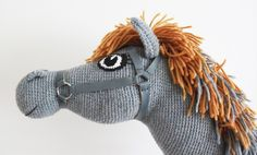 Den hæklede Kæphest Konrad // A crochet Stickhorse named Konrad