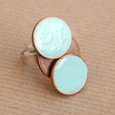 DIY – Coin ring. Not sure I would use a coin, but maybe a metal button? Hmm