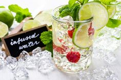 Infused-Water-Rezepte: Wasser mit Geschmack selber machen - WOMZ Voss Bottle, Water Bottle, Infused Water, Smoothies, Aromatherapy, Healthy Snacks, Food And Drink, Table Decorations, Breakfast