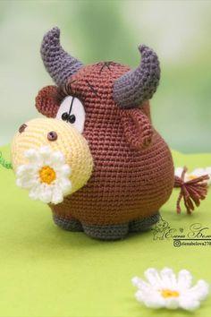 Бесплатный мастер-класс по вязанию бычка амигуруми #амигуруми #схемыамигуруми #вязаныеигрушки #вязаныйбык #быккрючком #amigurumi #amigurumipattern #amigurumibull #crochetbull Cute Crochet, Beautiful Crochet, Crochet Crafts, Crochet Projects, Crochet Baby, Crochet Doll Pattern, Crochet Patterns Amigurumi, Amigurumi Doll, Knitted Animals