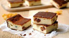 Sernik wiedeński, to pyszne ciasto o delikatnej, wręcz puszystej konsystencji i lekko chrupiącej skórce. Sernik wiedeński jest doskonałym ciastem na Wielkanoc.