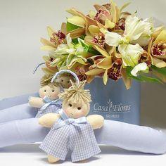 Arranjo Em Caixa Cor Azul Claro Com Orquídea Cymbidium Em Tom Amarelo e 3 Cabides Azuis De Bonecos