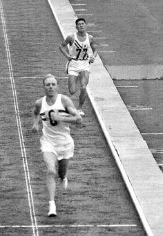 Abebe Bikila ganó el maratón olímpico de Roma 60 corriendo descalzo, y calzado volvió a ganarlo en Tokyo, cuatro años después. Su inmortalidad en la memoria es de justicia, pero la historia, en aquella en 1964 en Tokyo, habría debido prestar más atención a lo sucedido minutos después de que el prodigioso etíope cruzara la meta, fresco como una lechuga, pulverizando el récord del mundo.  El japonés Kokichi Tsuburaya entraba en el estadio olímpico en segunda posición y la muchedumbre estallaba…