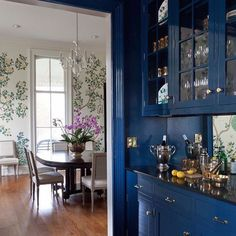 A lacquered butler's pantry and @graciestudio custom wallpaper... 💕 It doesn't get any better than this!! 💙💙💙 #Design by @monarossberman 📷 @courtney_apple for @lonnymag ✨ #Repost @graciestudio