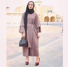 Pinned via Nuriyah O. Islamic Fashion, Muslim Fashion, Modest Fashion, Fashion Dresses, Hijab Style Dress, Hijab Chic, Hijab Outfit, Modest Dresses, Modest Outfits