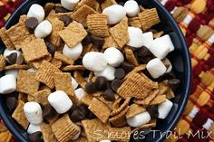 to Love: Great Camping Ideas Smores Trail Mix: Great Camping Ideas - fun dessert for kids when we can't do a camp fire.Smores Trail Mix: Great Camping Ideas - fun dessert for kids when we can't do a camp fire. Yummy Treats, Sweet Treats, Yummy Food, Tasty, Trail Mix Recipes, Snack Recipes, Camping Meals, Camping Recipes, Camping Activities