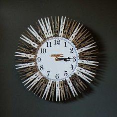 home-furniture home-decor clocks clothespin-wall-clock 603754 Informations Abou Clothes Pin Wreath, Clothes Pegs, Popsicle Stick Crafts, Craft Stick Crafts, Warm Home Decor, Diy Home Decor, Diy Wood Projects, Wood Crafts, Mini Hot Dogs