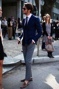How To Wear a Blue Blazer With Grey Dress Pants For Men looks & outfits) Fashion Moda, Suit Fashion, Mens Fashion, Milan Fashion, Street Fashion, Look Street Style, Men With Street Style, Gentleman Mode, Gentleman Style