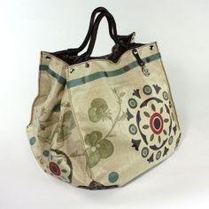 Bags & Handbag Trends : Dig idea = handles woven through the sides? Fashion Handbags, Tote Handbags, Fashion Bags, Fashion Accessories, My Bags, Purses And Bags, Ethnic Bag, Boho Bags, Fabric Bags