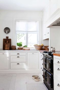 White country style kitchen with a black AGA stove setting a strong accent. Nordic Kitchen, Country Kitchen, Kitchen Flooring, Kitchen Cabinets, Kitchen Appliances, Brown Granite Countertops, White Stove, Kitchen Dinning Room, Cozy House
