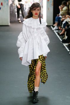 Preen by Thornton Bregazzi Fall 2017 Ready-to-Wear Fashion Show - Iana Godnia Runway Fashion, Fashion Art, High Fashion, Fashion Show, Autumn Fashion, Fashion Outfits, Womens Fashion, Fashion Design, Fashion Trends