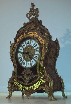 """Cartel en marqueterie """"Boule"""" sur fond d'écaille rouge bronzes ciselés et dorés rocaille. Style louis XVI, XIXème siècle   Cartel en marquet..."""