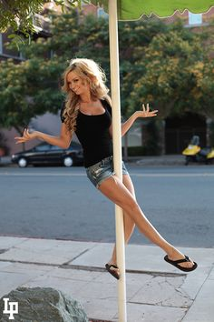 Street Pole   le pole dance devient extérieur sur le mobilier urbain   Laurent PRATLONG