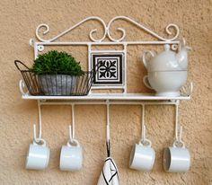 Repisas artesanales con un estante y cinco percheros     en este caso combinan hierro, chapa calada y mayólicas             en blanco, co...