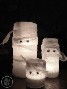 Velas momias | Más info e ideas para #Halloween en ►http://trucosyastucias.com/decorar-reciclando/decoracion-halloween-casera #DIY #manualidades