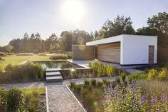 Modern poolhouse met zwemvijver, terras van gezandstraald beton.