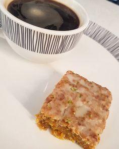 Hay un boom por la cocina en esta cuarentena, y queremos ayudarte que tengas más recetas para preparar 🙌. Hoy preparamos un queque de zanahoria o carrot cake 🥕🥕 y 100% vegano, obvio 🌱. INGREDIENTES: 1taza(125g) harina. 1/2cdtapolvos de hornear. 1/2cdtabicarbonato. 1/4cdtasal. 1cdtacanela. 1/2cdtaNuez moscada. 1taza(125g) zanahoria. 3/4taza(150g) azúcar morena. 1un.huevo de linaza(1 cucharada de agua + 3 de linaza molida). 1/4taza(50ml) aceite de oliva… Lasagna, Bread, Ethnic Recipes, Food, Olive Oil, Egg, Recipes, Brown Sugar, Vegan
