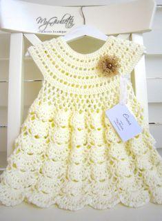Que ce soit un mariage ou un baptême, cette robe de bébé au crochet est ici pour rendre votre fille belle allure. Lorsque vous planifiez une occasion spéciale et avez besoin de votre petite princesse à regarder son meilleur, il est important de choisir des robes qui seront un complément à son style naturel.  Nom du modèle: EMMA  Détails : -Ensemble à la main UNIQUE (robe, chapeau) -Taille: 9-30 mois -Circonférence de la tête: 46 cm (18,1) -Longueur de la robe: 47 cm (18,5) -Tour de la…