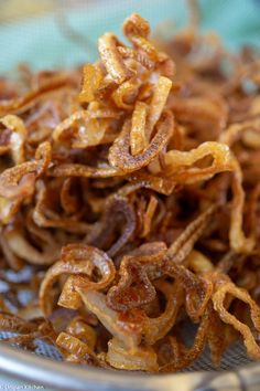 How to prepare fried garlic and fried onions like a pro – Unipan Kitchen Fried garlic and fried onions are the keys to stepping up your cook-it-yourself Thai food journey. Learn how to prepare these like a pro with us. Broccoli Cheddar Casserole, Tuna Casserole Recipes, Cheesy Potato Casserole, Fried Onion Burger Recipe, Fried Onions Recipe, French Onion Chicken, French Fried Onions, Fried Shallots, Fried Garlic
