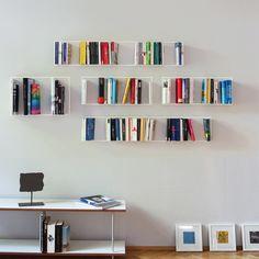 Jan Trapp, Stephanie Nosek und Marie-Christin Dietermann konstruierten für die Wiesbadener Marke vonbox ein Design Bücherregal das scheinbar schwebend die Bücher an der Wand hält.