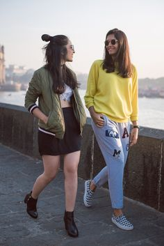 Best Photo Poses, Girl Photo Poses, Girl Photos, Friend Poses Photography, Fashion Photography Poses, Stylish Photo Pose, Stylish Girls Photos, Sister Poses, Casual Indian Fashion