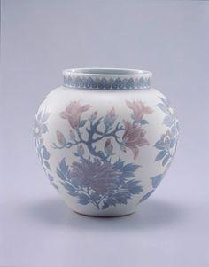 板谷波山の葆光彩磁花卉文花瓶。 葆光彩、という技術で、絵付けの上にオリジナルの釉薬を塗って、独特の透明感を出しているとのこと。アール・ヌーヴォーに影響を受けつつ、日本古来の柄である椿・牡丹などが表現されている。 「ぶらぶら美術・博物館」の出光美術館「陶磁の至宝展」にて。 http://www.bs4.jp/burabi/onair/219/index.html