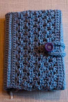 Gehaekelte Buchhuelle | Fuer Anleitung auf das Bild klicken.    Crochet Book cover