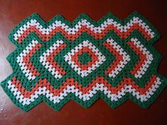 Tapete Retangular - 92x54cm  Todo confeccionado à mão, em crochê, acabamento perfeito. Fio 100% algodão, de ótima qualidade, cores firmes e marcantes.  Disponível nas cores Verde com Laranja e branca. R$ 74,90